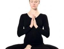 5 postures de yoga les plus efficaces pour la ménopause